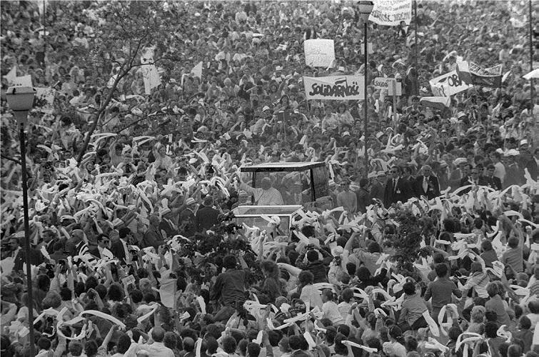 Wojciech Plewiński, fotografia z pielgrzymki Jana Pawła II do Gdańska, 1987 courtesy W. Plewiński
