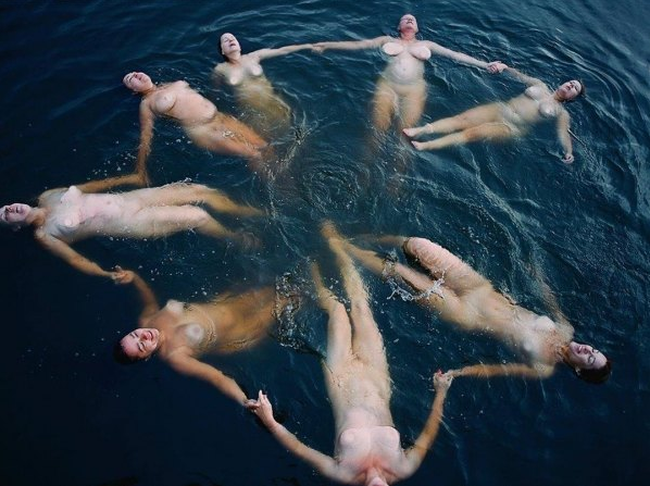 Zuza Krajewska, Kobiecy krąg 2, z serii Przesilenie, jezioro Jeziorak, 2019, fotografia, 100x80cm