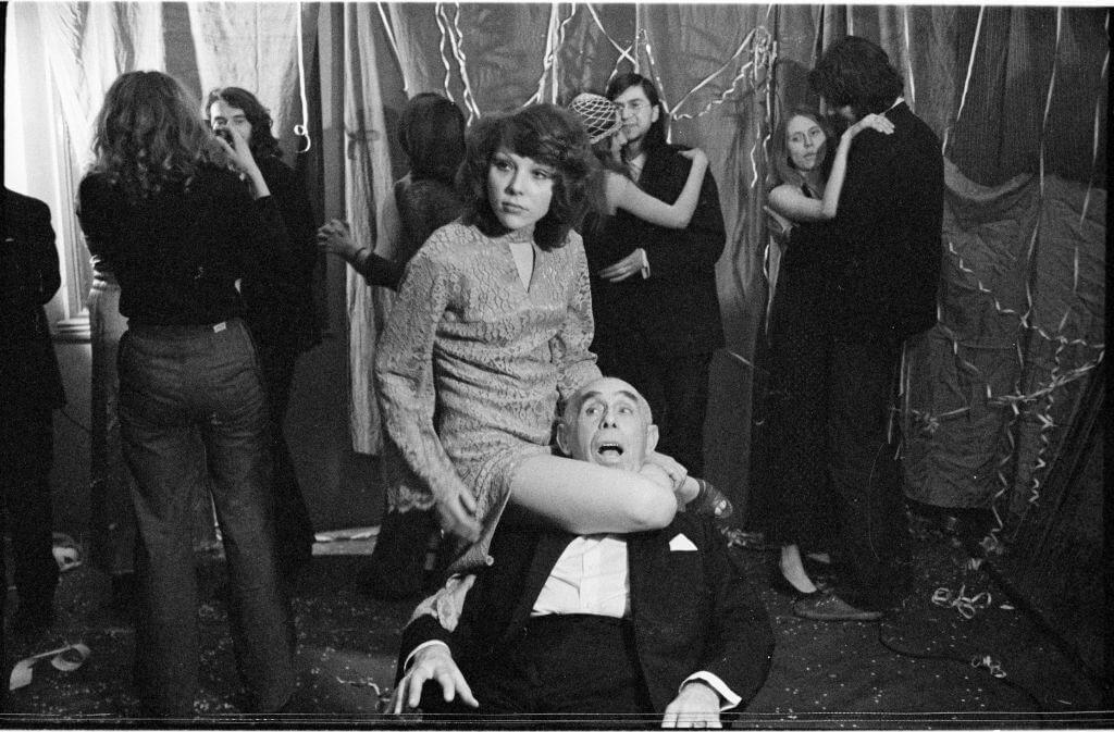 Marian Eile, Napad na Bal 1976, fotografia, 2,4 × 3,6 cm (negatyw), Archiwum MOCAK-u, fot. A. Arvay, B. Opioła