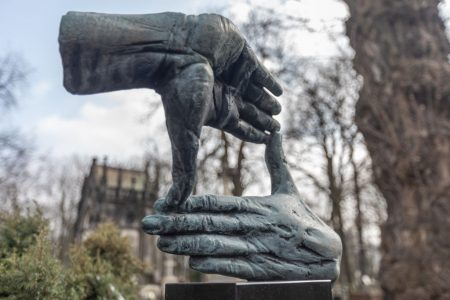 Rzeźba na nagrobku Krzysztofa Kieślowskiego, MOCAK wystawa, sztuka współczesna, rzeźba, niezła sztuka