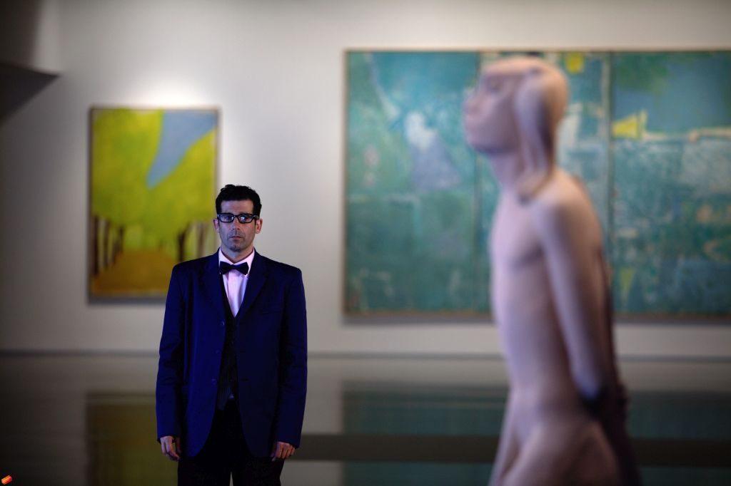 Shahar Marcus, Kurator | 2011, wideo, 4 min 25 s, Kolekcja MOCAK-u. Dofinansowano ze środków Ministra Kultury, Dziedzictwa Narodowego i Sportu pochodzących z Funduszu Promocji Kultury