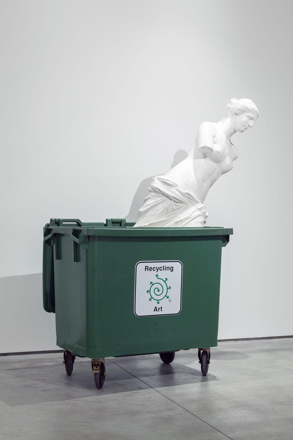 Bjørn Nørgaard, Recycling Art | 2016, instalacja, 220 × 160 × 80 cm, Kolekcja MOCAK-u. Dofinansowano ze środków Ministra Kultury, Dziedzictwa Narodowego i Sportu pochodzących z Funduszu Promocji Kultury