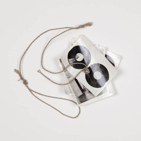 Milan Knížák, Fly   1987, fotografia, śruba, sznurek, 13,5 × 13,5 cm, Kolekcja MOCAK-u