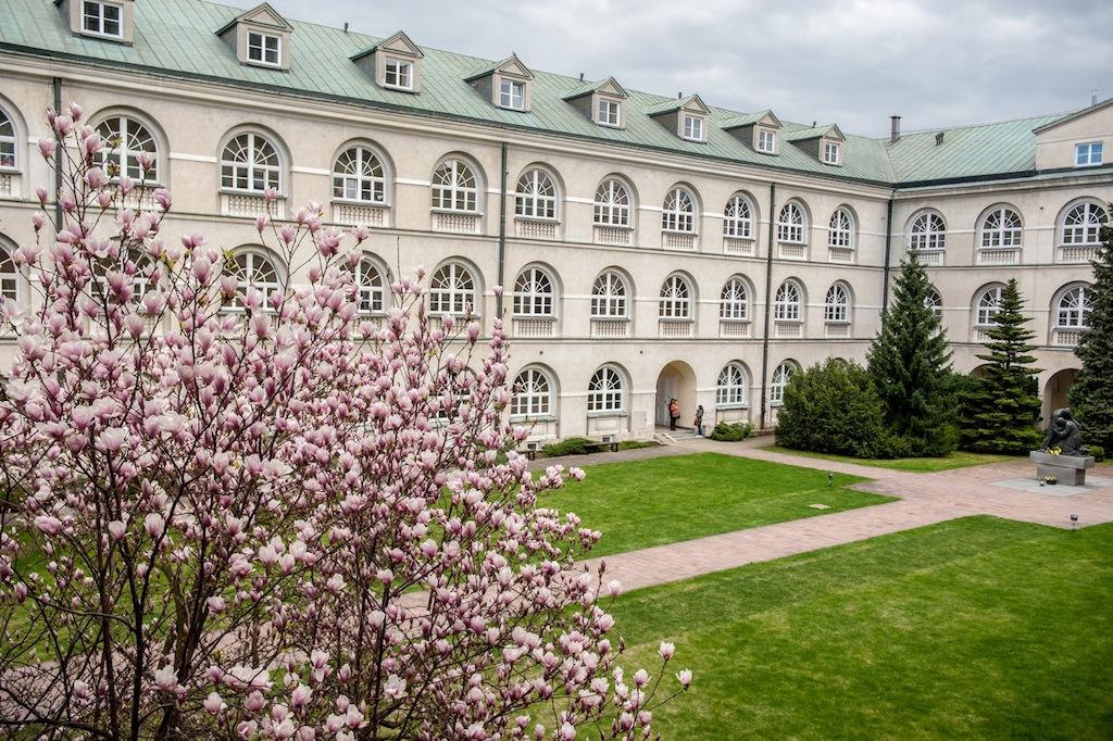 17.04.2015, Lublin - Katolicki Uniwersytet Lubelski. Dziedziniec gmachu g≥Ûwnego. Fot. Tomasz Koryszko/KUL